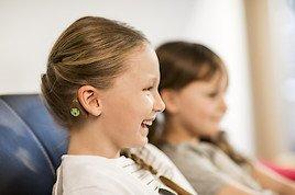 MED-EL präsentiert das aufklebbare Hörsystem ADHEAR und den RONDO 2