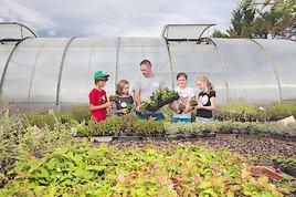 Schulkinder besuchen Gärtnereien