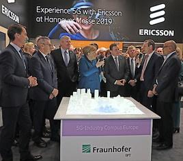 Fraunhofer und Ericsson stellen Bundeskanzlerin Angela Merkel und dem schwedischen Ministerpräsidenten Stefan Löfven ein gemeinsames Konzept für ein industrielles 5G-Forschungsnetz vor (FOTO)