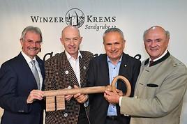 """Eine Ära geht zu Ende: Traditionelle """"Kellerschlüsselübergabe"""" bei WINZER KREMS – Sandgrube 13"""