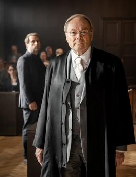 """MOOVIE verfilmt """"Der Feind – Recht oder Gerechtigkeit nach Ferdinand von Schirach"""" (AT) – das Fernsehevent der ARD"""