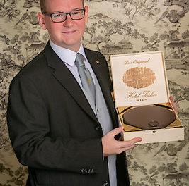 Nikola Farkas vom Hotel Sacher Wien ist weltbester Rezeptionist!