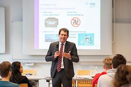 """""""Verfassung macht Schule"""": Der neue VfGH Präsident an der HTL Rennweg"""