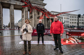 Mahnwache mit original T-Rex-Skelett vor dem Brandenburger Tor