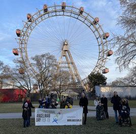 Wiener Riesenrad erstrahlt im blauen Lichtermeer