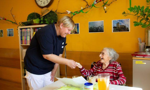 Erstmals Gehörlose in Sozialbetreuung Familienarbeit, Pflegeassistenz und Freizeitpädagogik