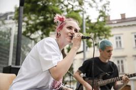 Musikerin Amy Wald und junge Kickerinnen setzten ein starkes Zeichen für Mädchenfußball im öffentlichen Raum